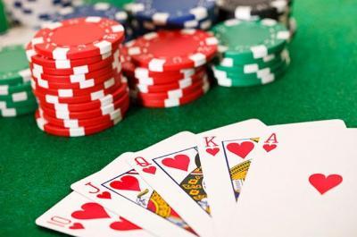 Spielkarten und Chips im Casino